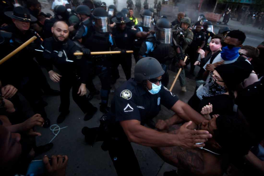 Poliser drabbade samman med protestanter utanför CNN:s huvudkontor i Atlanta på fredagen.