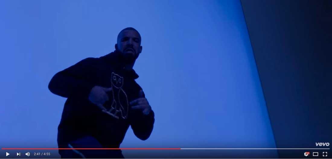 Drake i musikvideon Hotline Bling.