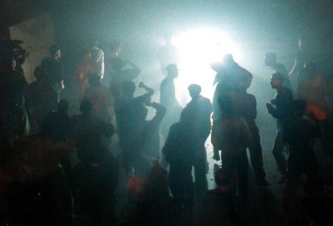 Rejvfest på Docklands i Nacka utanför Stockholm 1998. Att vara hög var en del av subkulturen.