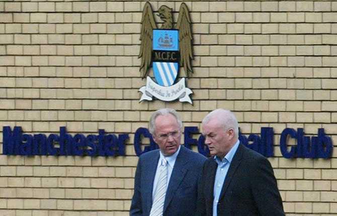 Sommaren 2007. På väg till träningsplanen i sin nya klubb. Svennis kom till Carrington i sällskap med Manchester Citys ordförande John Wardle.