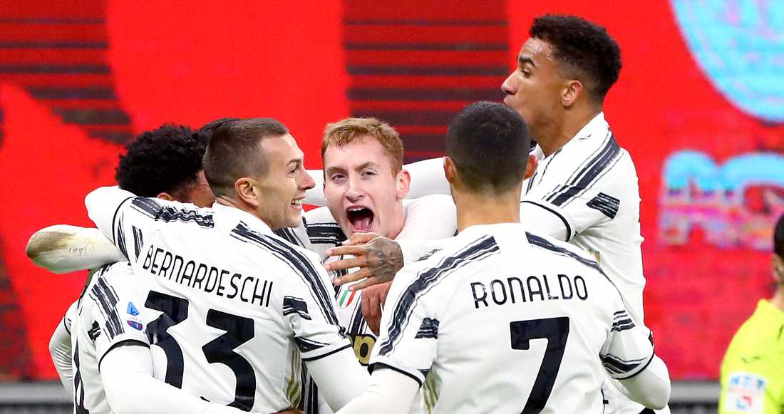 Dejan Kulusevski (mitten) firar Juventus sista mål mot Milan.