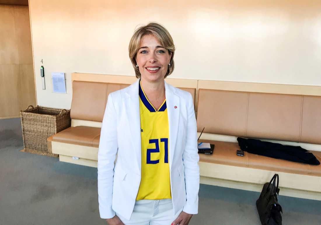 Socialminister Annika Strandhäll (S) iklädd matchtröja i riksdagshuset.