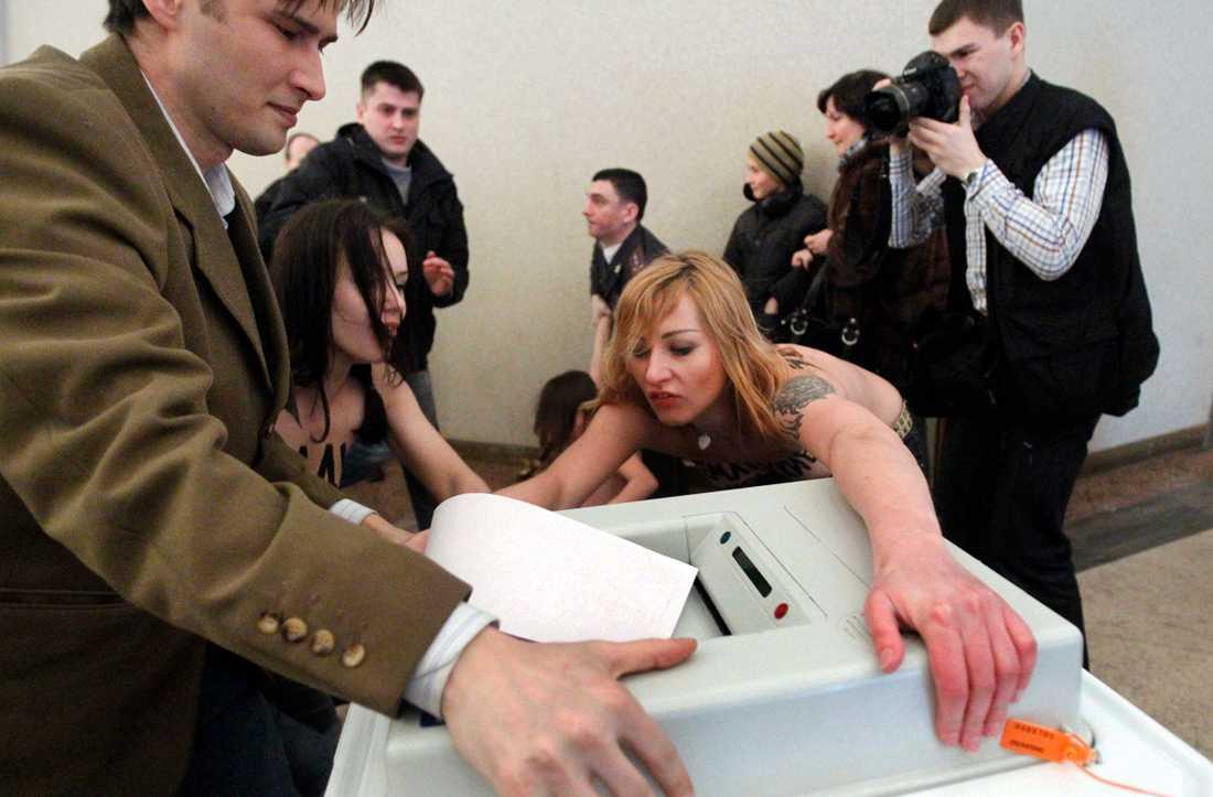 """""""Putin är en tjuv!"""" Kvinnorna ropade och försökte stjäla den urna där Putins röst hamnat."""