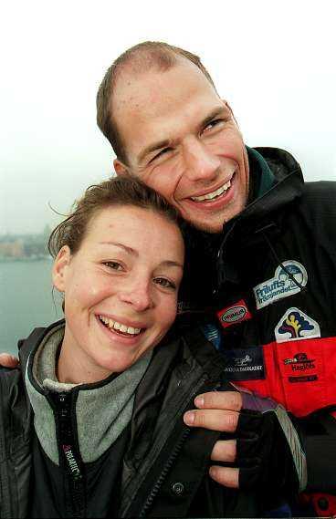 Renata Chlumska med sambon Göran Kropp precis hemkomna från sin cykeltur från Mount Everest 1996.