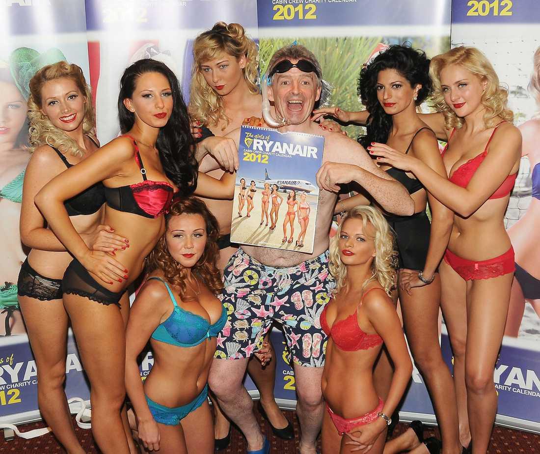 Michael O'Leary lanserade en välgörenhetskalender för 2012 – med lättklädda unga kvinnor från företagets kabinpersonal. Reklamkampanjen möttes av upprörda reaktioner i Storbritannien – och förbjöds.