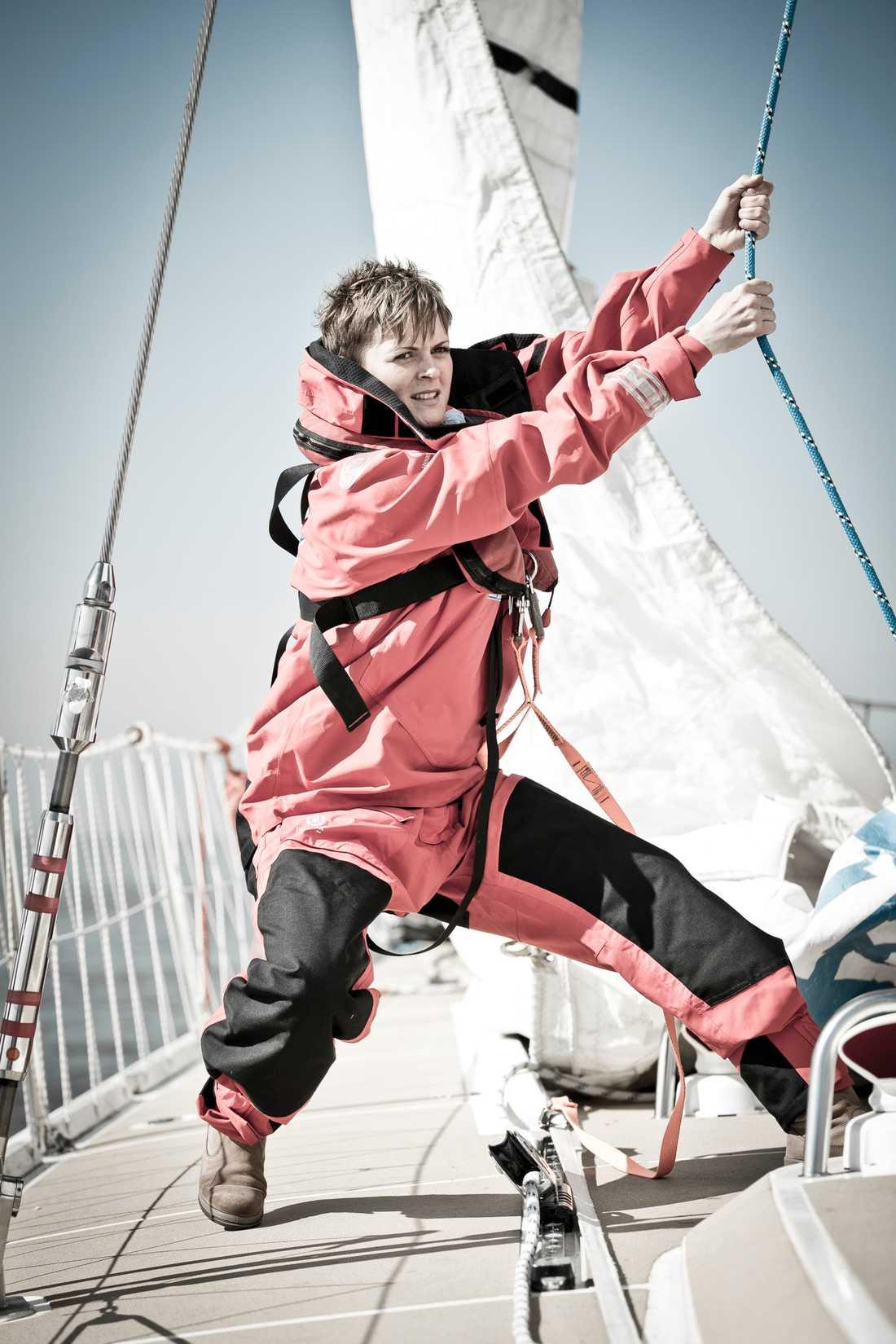 Nikki Henderson har som skipper - kapten - i ett stort antal tävlingar seglat över 135 000 kilometer på världshaven.