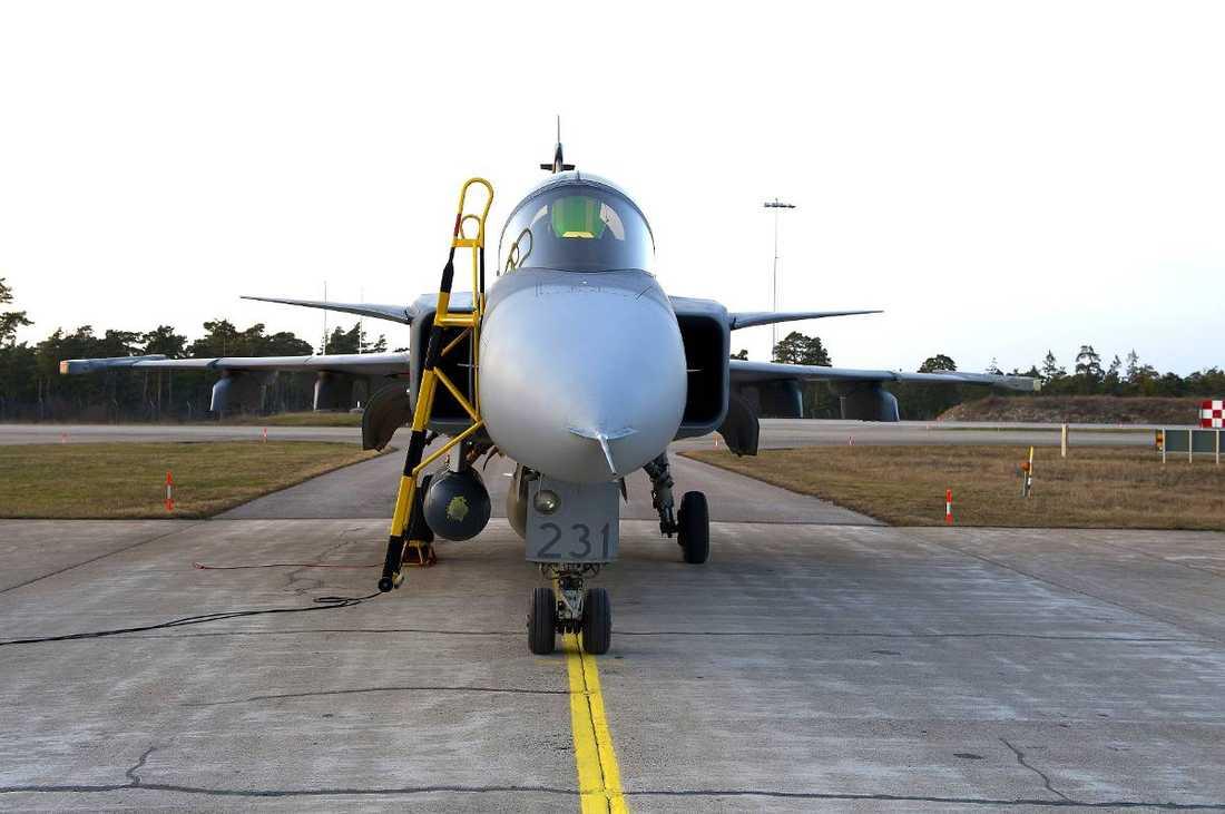 De två Jas-planen på Gotland flygs - ibland. Men enligt uppgift flyger de obeväpnade. Den ende som kan känna sig lugn är Vladimir Putin, skriver Staffan Heimerson.