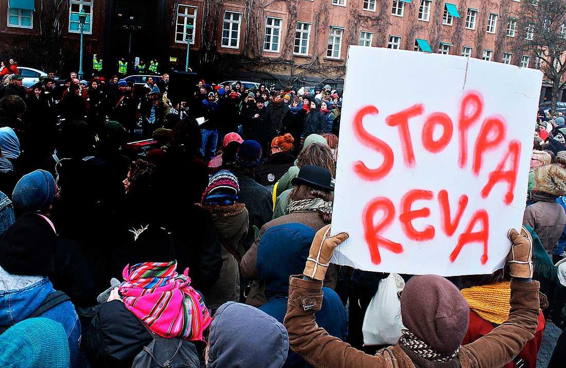 Flera hundra demonstranter protesterade i mars 2013 mot polisens Reva-projekt på Davidhallstorg i Malmö. Liknande demonstrationer hölls runt om i Sverige.