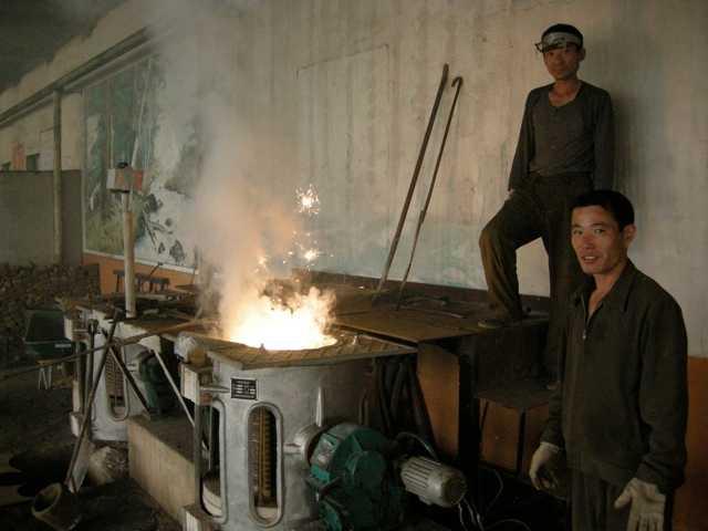 """På gjuteriet Här pågår smältning av stål för lagerstöd. """"Man gör verkligen gör allt. Om du lagar en traktor så måste du smälta till bitarna först. Som sagt… Du gör verkligen allt."""""""
