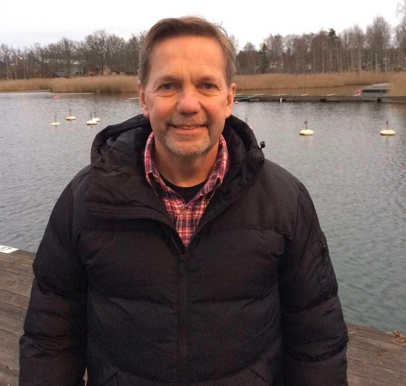 Bert Hogland har seglat i sex år. Anledningen till att han drog upp båten så sent som i december är att motorn hade strulat tidigare.