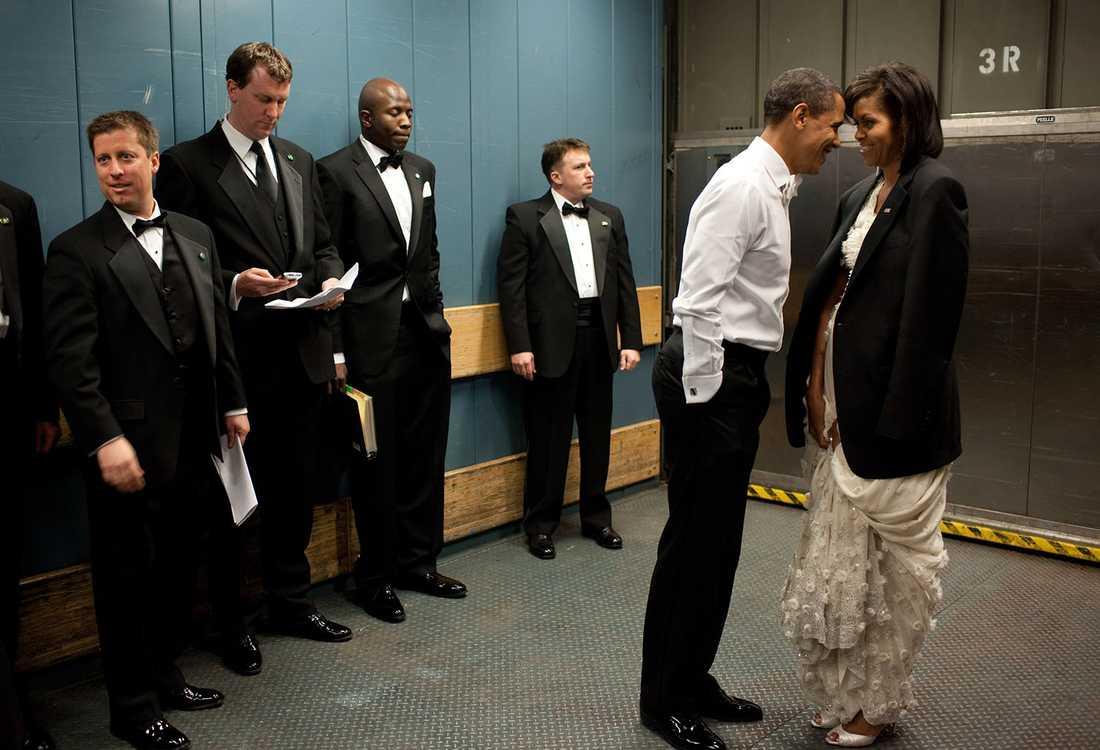"""Mer privat än så här blir det sällan för en president, som ständigt är omgiven av medarbetare och vakter. """"Medarbetarna försöker titta bort när Obama har en semiprivat ögonblick strax före en gala år 2009"""", säger Souza om den här bilden."""