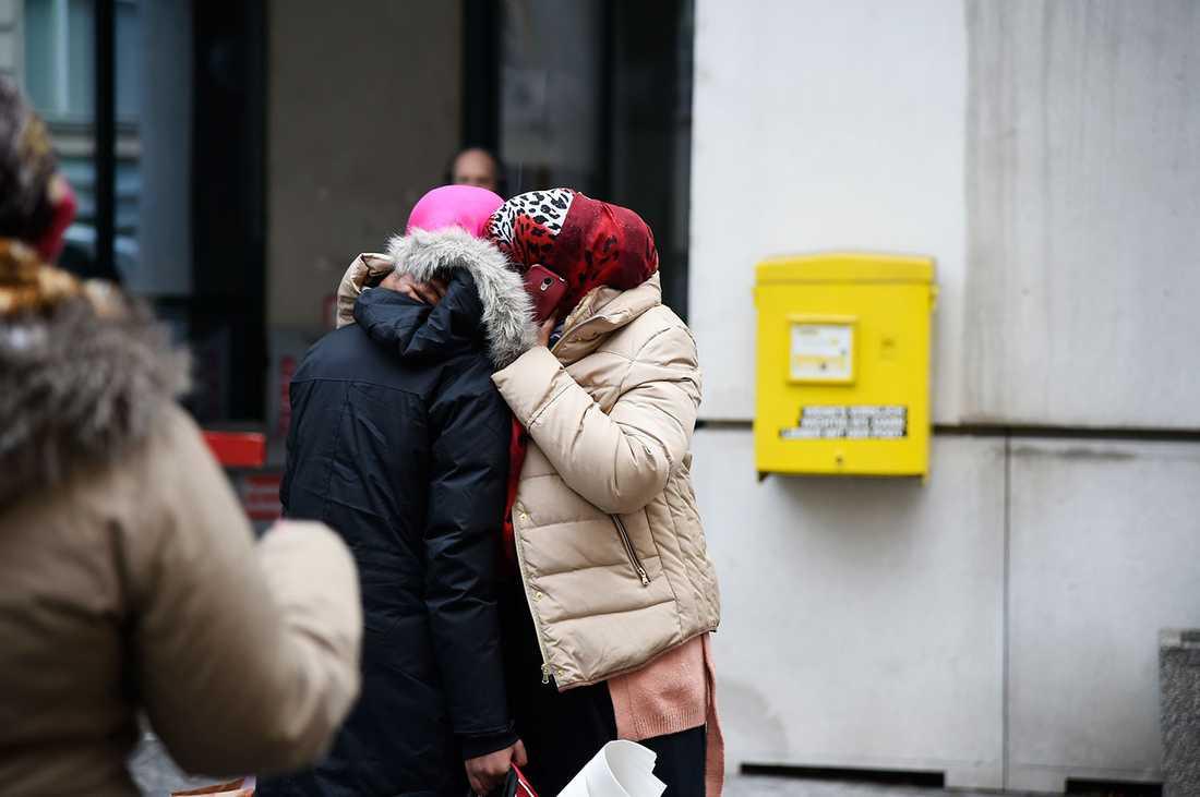 Efter rättegången stod 17-åringen i gråvädret och kramade om sin mamma.