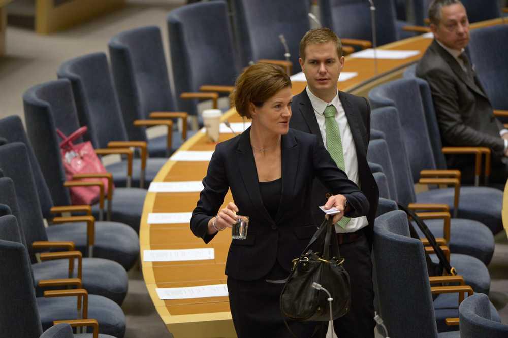 Anna Kinberg Batra och Gustav Fridolin i riksdagen.
