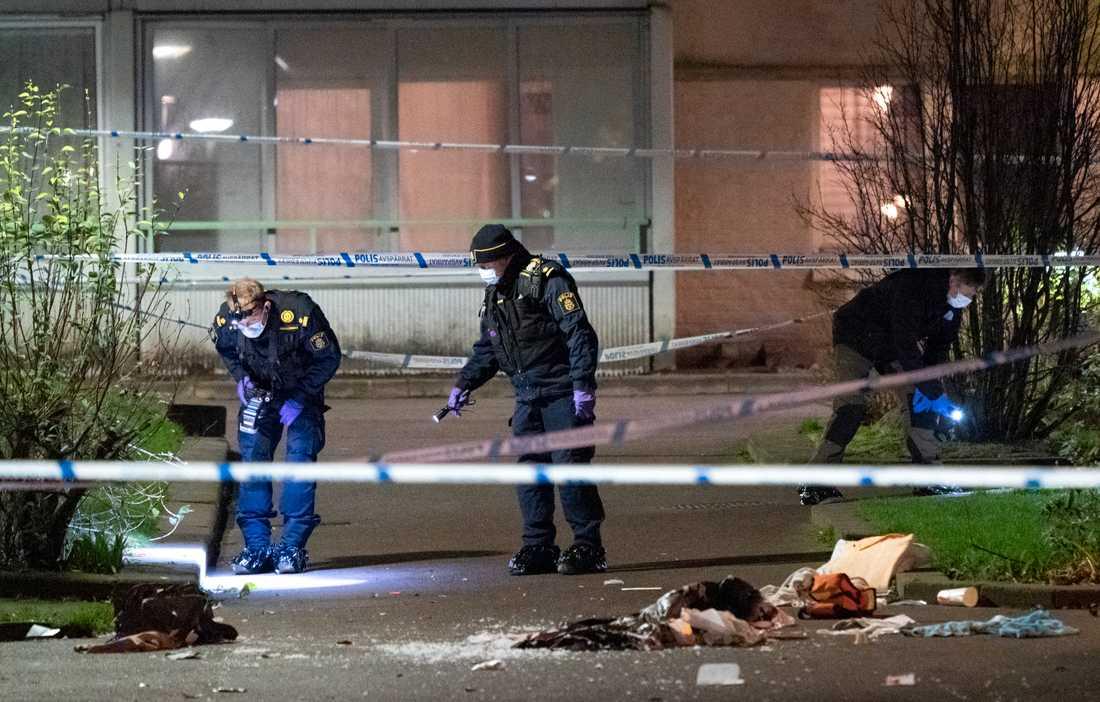 Polisens kriminaltekniker på plats efter en skottlossning i Malmö på torsdagskvällen.