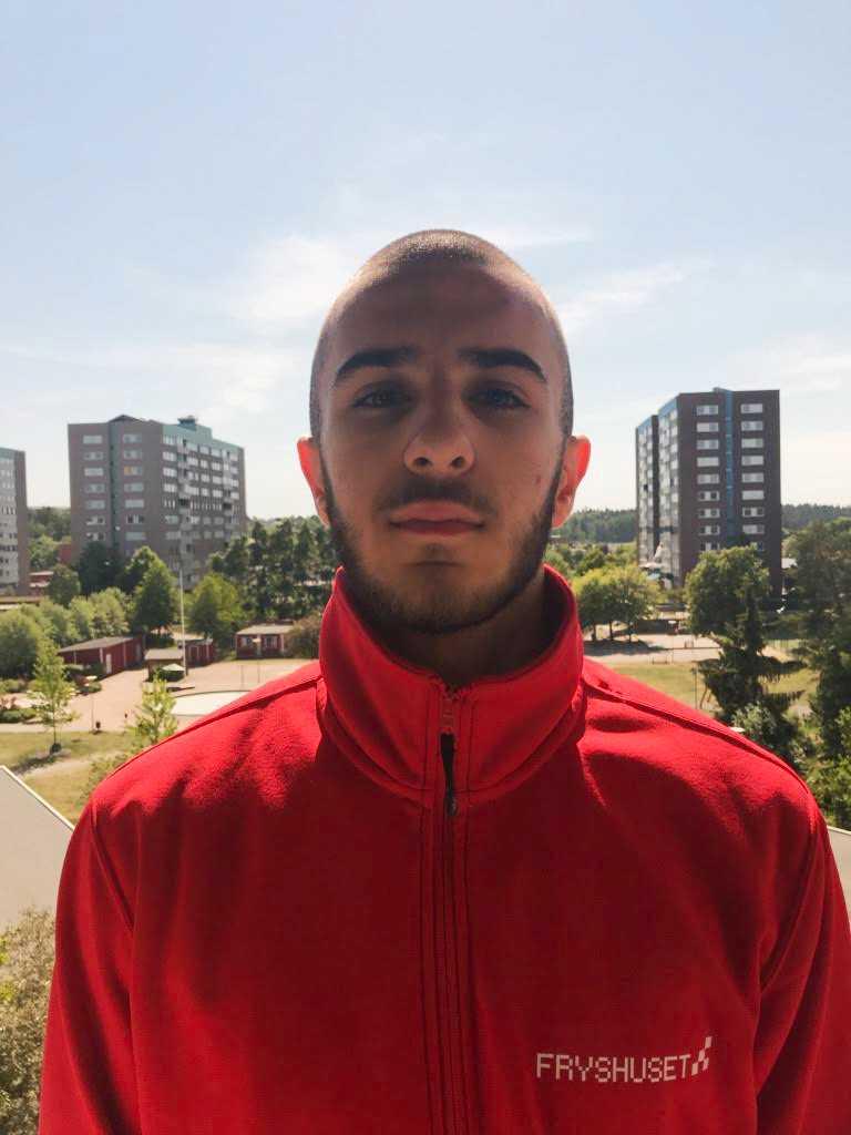 17-årige Samrand Faik kämpar för att stoppa våldet. Han är engagerad i Fryshuset och tycker att vuxna måste bli bättre på att lyssna.
