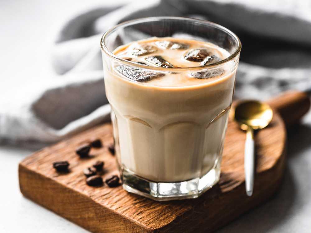 Isande kallt kaffe.