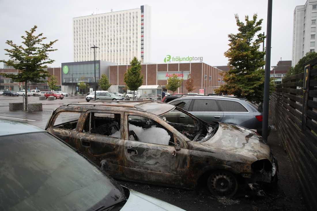 Över 60 bilar eldhärjades i västra Göteborg i kvarteren runt Frölunda Torg i mitten på augusti. Arkivbild.