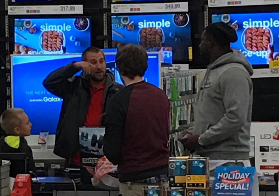 Händelsen fotades av en annan shoppare. Wallace Gilberry, till höger, samtalar med familjens pappa Foto: Instagram.