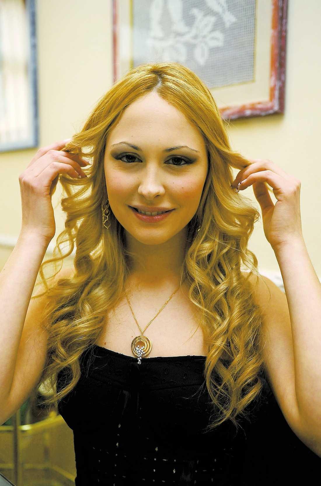 fin present Noemi Letitzia, 18, poserar med smycket hon fick av Silvio Berlusconi, 72.