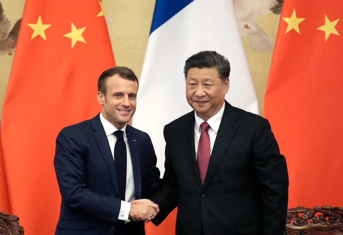 Frankrikes president Emmanuel Macron och Kinas president under deras möte i Beijing.