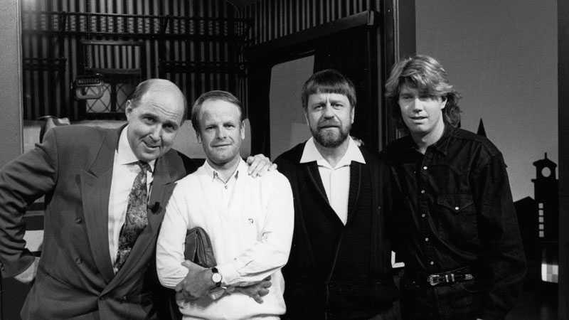 """För den breda publiken blev han känd som frågesportsorakel tillsammans med Björn Hellberg i """"På spåret"""". 1990 var tennisspelaren Joakim Nyström en av medspelarna."""