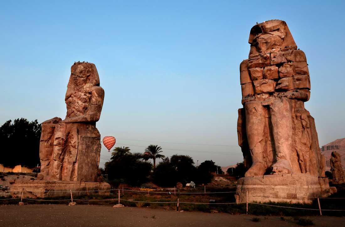 """Egyptologer har grävt ut en """"gyllene stad"""" i närheten av Luxor i Konungarnas dal. På bilden """"kolosserna i Memnon"""", som föreställer farao Amenhotep III och hans hustru ligger nära den gyllene stadens utgrävningsplats. Arkivbild."""