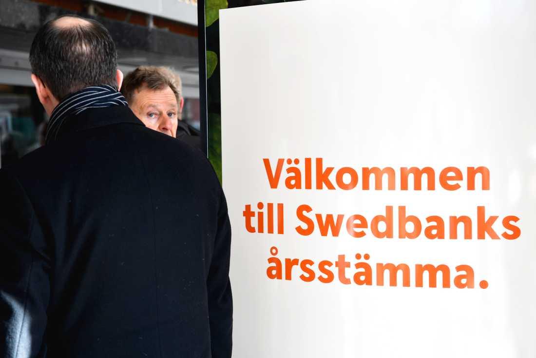 Aktieägare anländer till Swedbanks stämma.