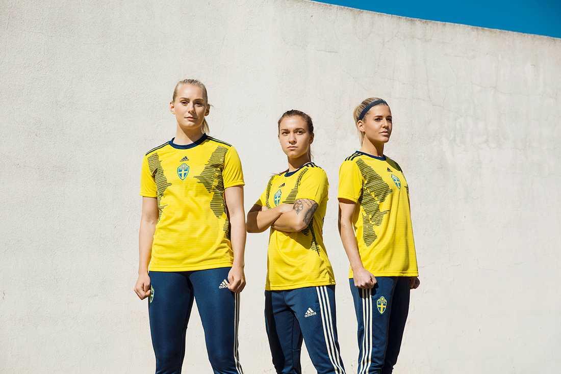 Stina Blackstenius, Julia Zigiotti och Olivia Scough i Sveriges nya landslagströja