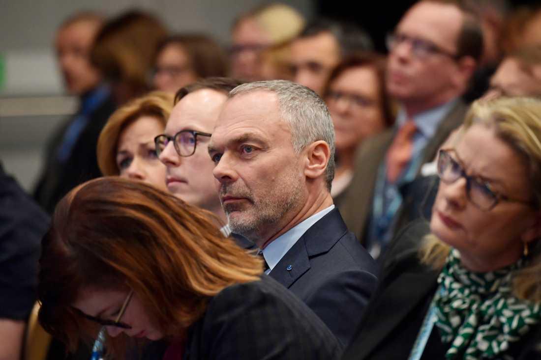 Jan Björklund lyssnar på de andra talarna.