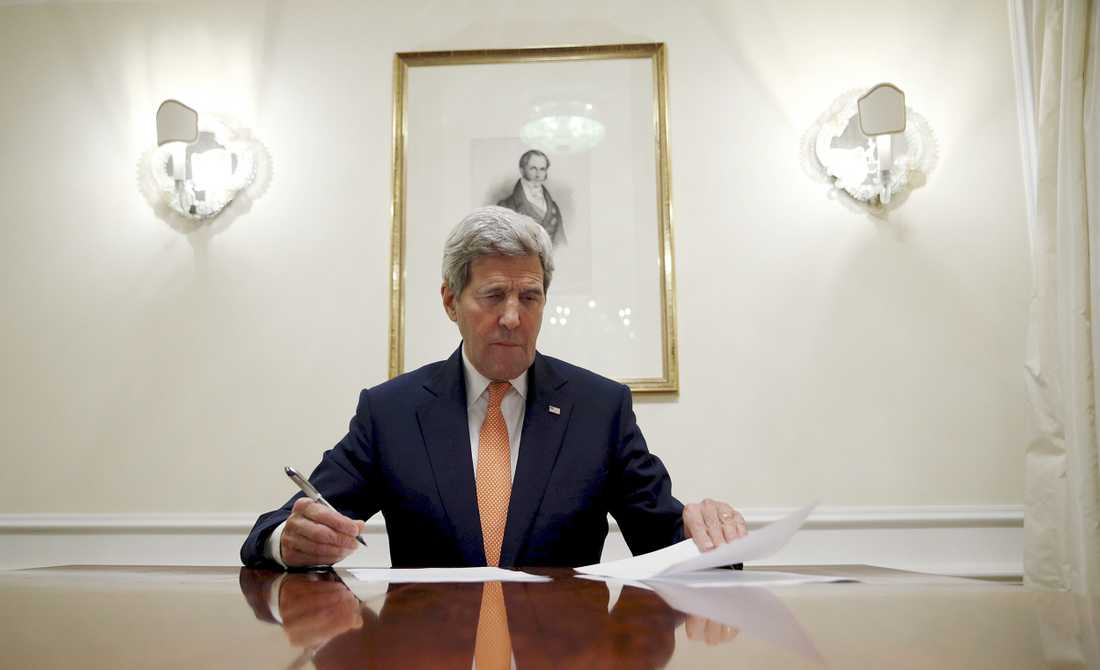 USA:s utrikesminister John Kerry signerar i Wien.