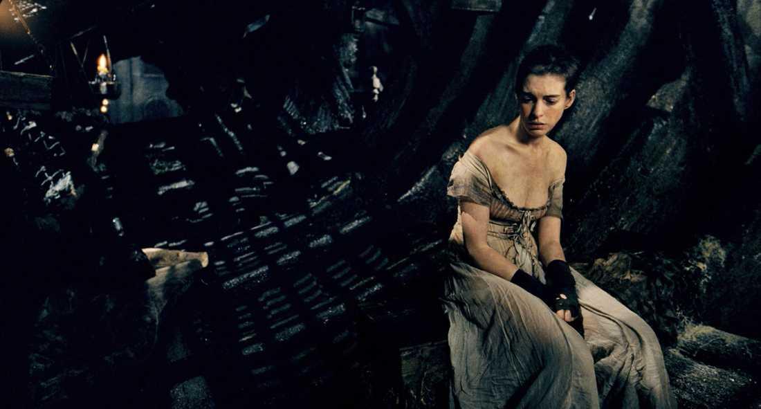 Anne Hathaway Här är Annes fina fötter placerade på en hel hög ruttna fiskar. Bild ur filmen Les Miserables