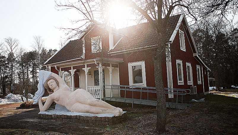 Morfar Arvid Källströms gård är ett samtalsämne på bygden, den nakna damen på tomten är en förklaring. Gården drivs i dag som kafé och museum.