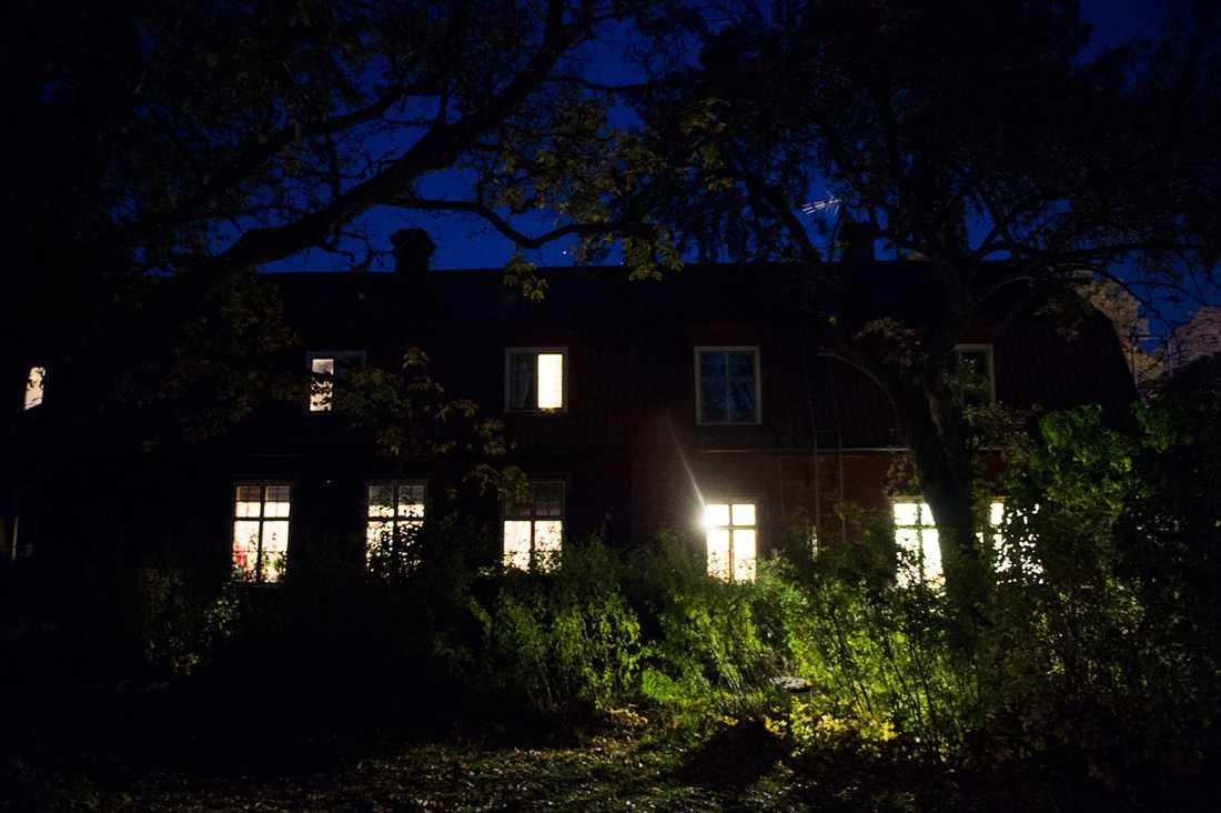 Ljus i mörkret. Här i Alsike kloster ger nunnorna skydd och en tillfällig känsla av trygghet för de människor på flykt som inte ser någon annanstans att ta vägen.