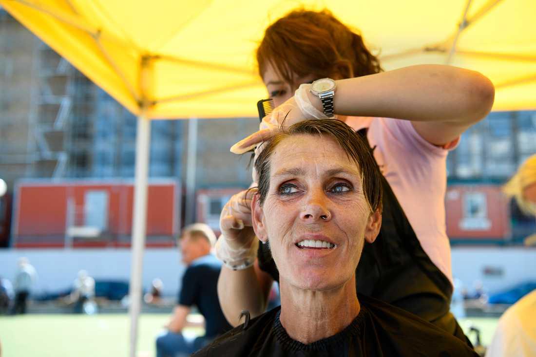 Jeanette Svensson klipper sig på Medborgarplatsen.