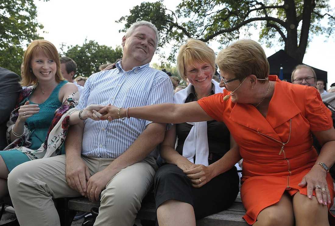TRIANGELDRAMA Vem får ta över Centerpartiet? Annie Johansson håller handen med Maud Olofsson som sitter bredvid Anna-Karin Hatt som sägs vara den som Maud allra helst vill ska efterträda henne. Anders W Jonsson ryggar visserligen tillbaka på bilden, men helt borträknad är han inte.