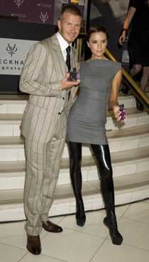 Vid lanseringen av parets nya parfymer på Macys i New York, passade Victoria Beckham på att överraska med de ovanliga skorna.