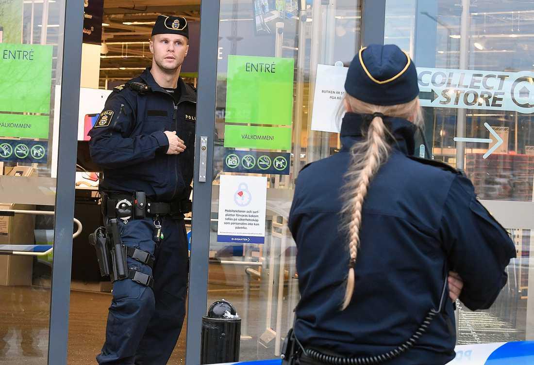 Ett rån mot Elgiganten i Barkarby, Stockholm inträffade på onsdagseftermiddagen.