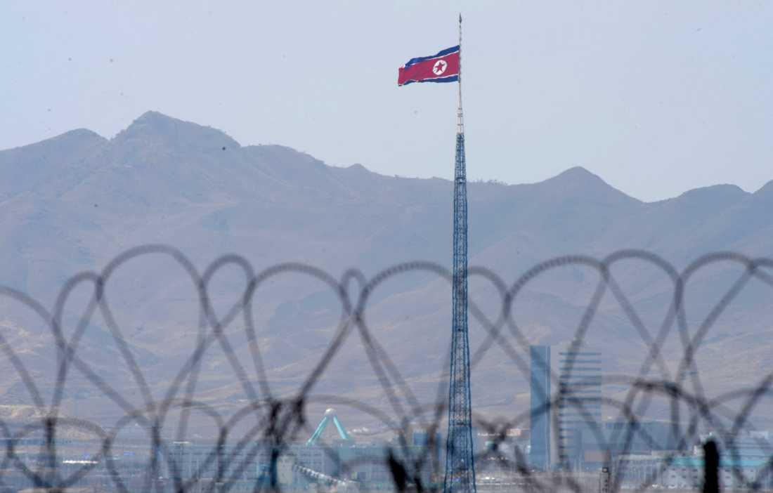 Den nordkoreanska flaggan vid gränsen.