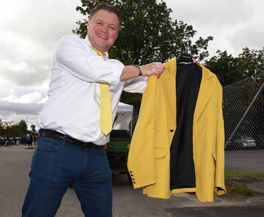 Jägersros sportchef Mats Ahlkvist visar upp den åtrovärda gula kavajen