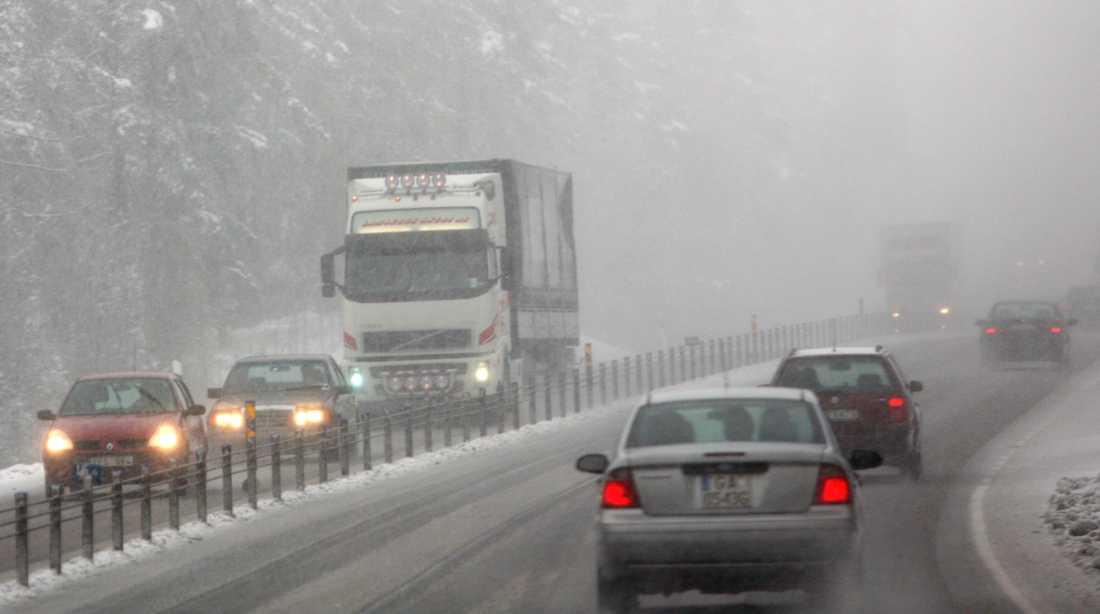 Redan på söndagen kan det bli trafikproblem i södra och mellersta Sverige. Vi är inne i en period med slask på dagen och kallt på natten.