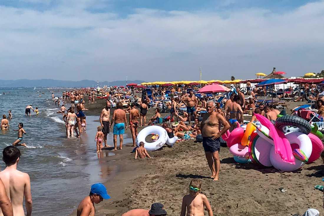 Personen på stranden Fregene i Italien.
