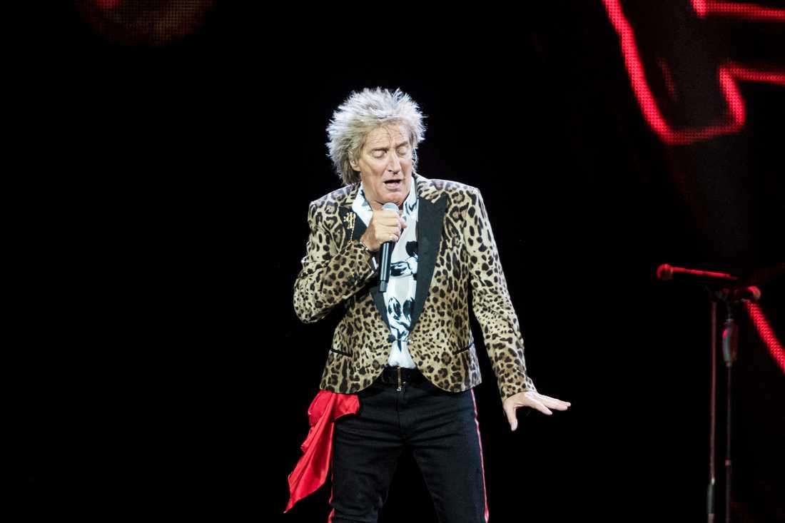 "Rod Stewart, 74, gör små piruetter i låten ""Forever young""."