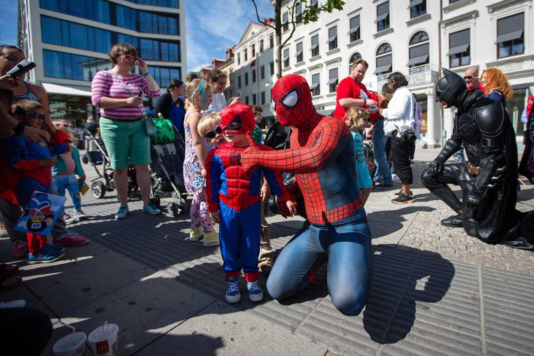 Superhjältarna på uppdrag och träffar barn på Kungportsplatsen i Göteborg.
