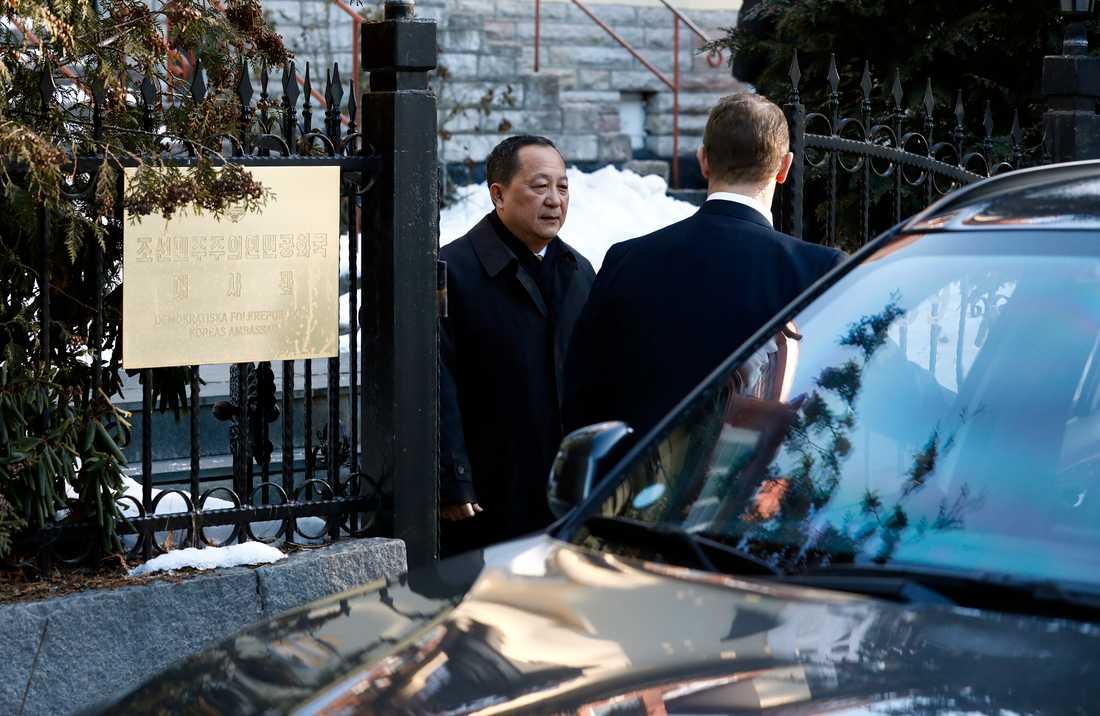 Nordkoreanske utrikesministern Ri Yong-ho lämnar sin ambassad på fredagsmorgonen.