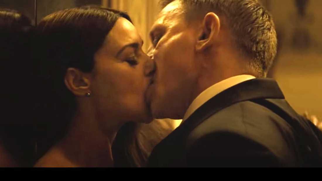 """Daniel Craig och Monica Bellucci i en het scen ur Bondfilmen """"Spectre""""."""