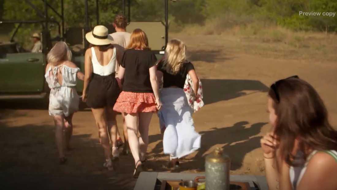 De nya tjejerna kidnappar Felix från dejten med Emmy.