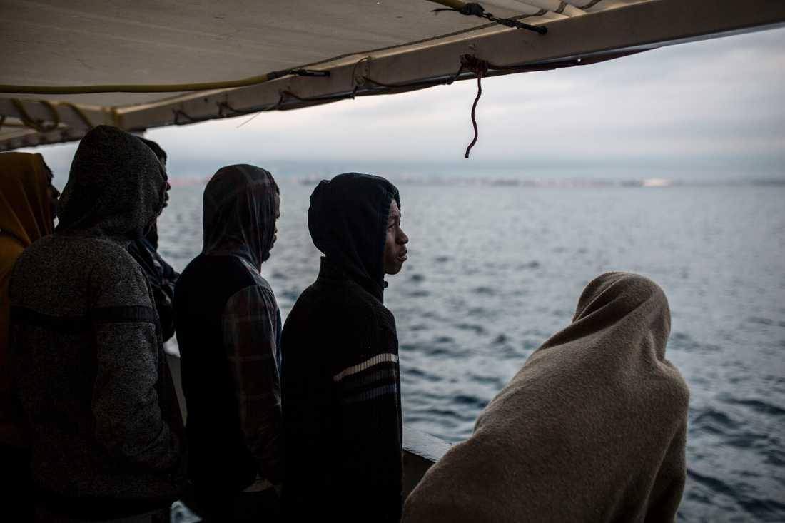 På bilden syns räddade migranter ombord på fartyget Open Arms. Bilden är från december i fjol och har alltså inte tagits i samband med räddningen av de 121 migranterna som beskrivs i texten.