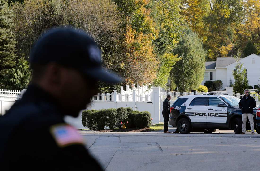 Poliser utanför Hillary och Bill Clintons hem i Chappaqua.