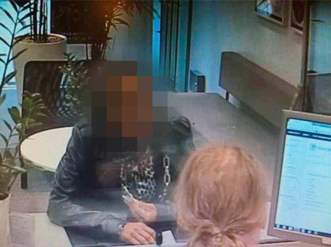 Bild från övervakningskameran på pantbanken där kvinnan försökte pantsätta den stulna ringen.