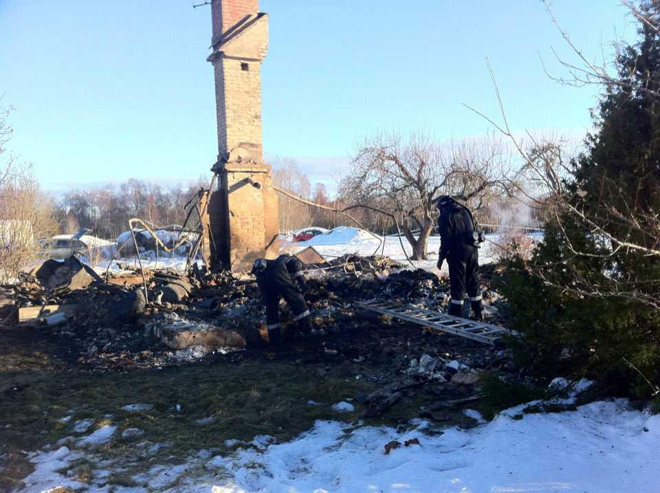 Dagen efter branden finns inte mycket kvar av huset.